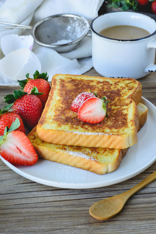 法语敬酒了用草莓和咖啡,健康的早餐 库存图片
