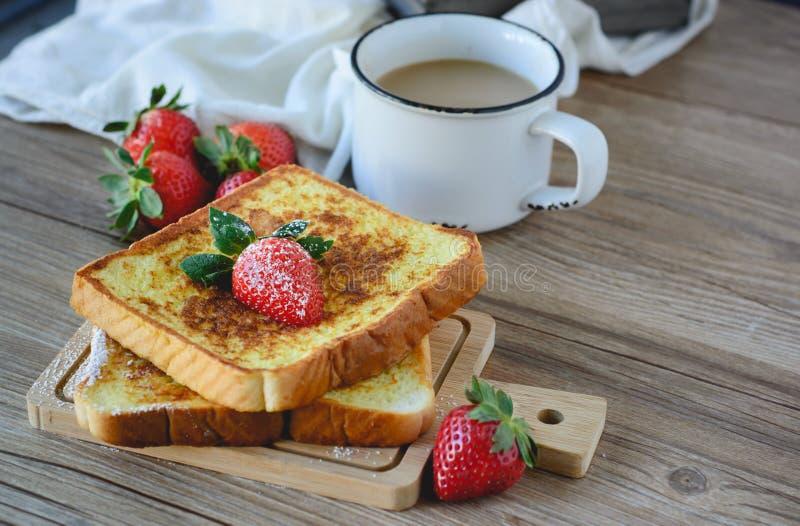 法语敬酒了用草莓和咖啡,健康的早餐 库存照片