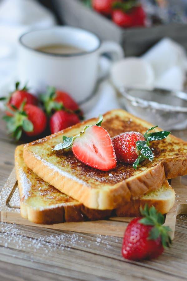 法语敬酒了用草莓和咖啡,健康的早餐 免版税图库摄影