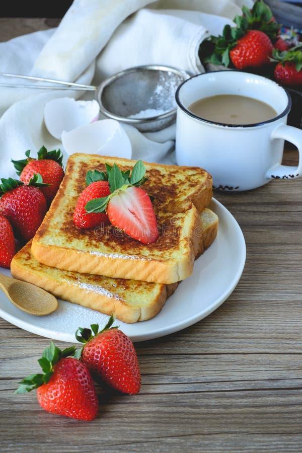 法语敬酒了用草莓和咖啡,健康的早餐 免版税库存照片