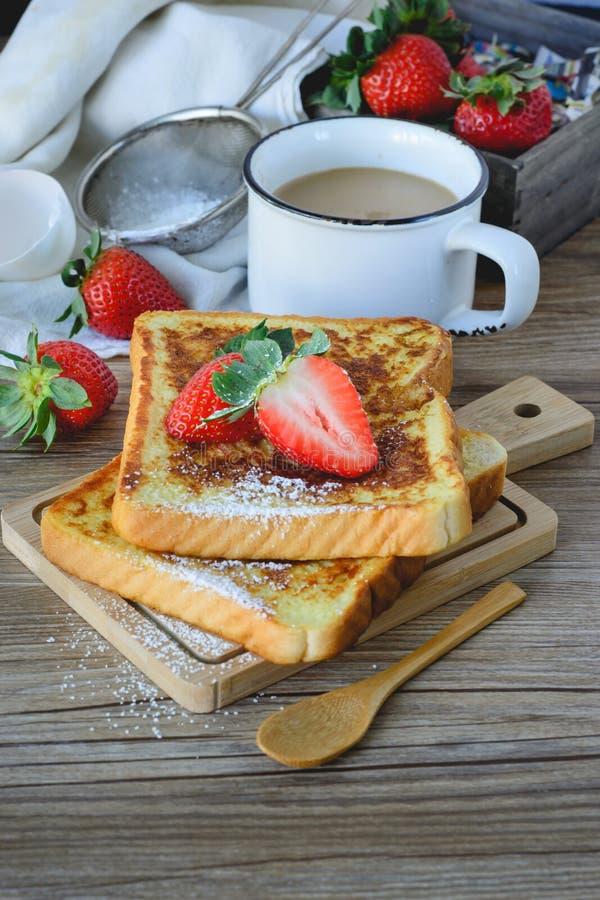 法语敬酒了用草莓和咖啡,健康的早餐 图库摄影