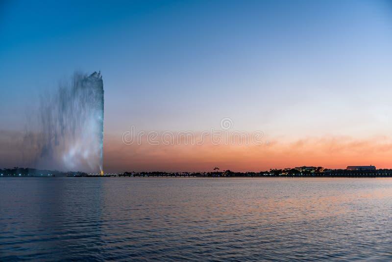 法赫德Fountain国王-吉达喷泉–海海滩日落-沙特阿拉伯 免版税库存图片