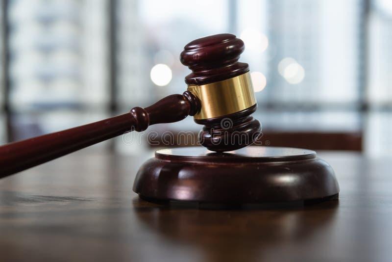 法院、法律和规则概念,在表上的法官的惊堂木 免版税库存照片