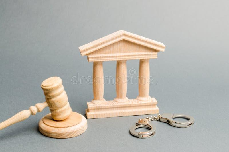 法院大楼和手铐 法院的概念 在刑事案件的判决 ?? 司法系统 法律权力 图库摄影