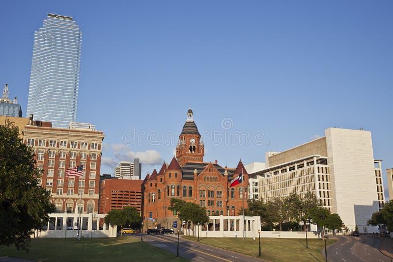 法院大楼达拉斯前面的博物馆老红色tx 库存照片