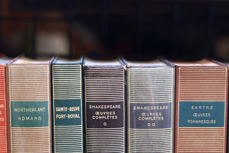 法院记录脊椎在一个老书店商店窗口巴黎法国里 免版税库存照片