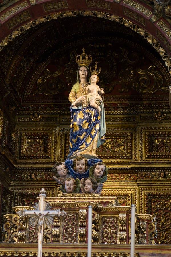 法鲁玛丽和耶稣大教堂雕象有金子的 库存图片