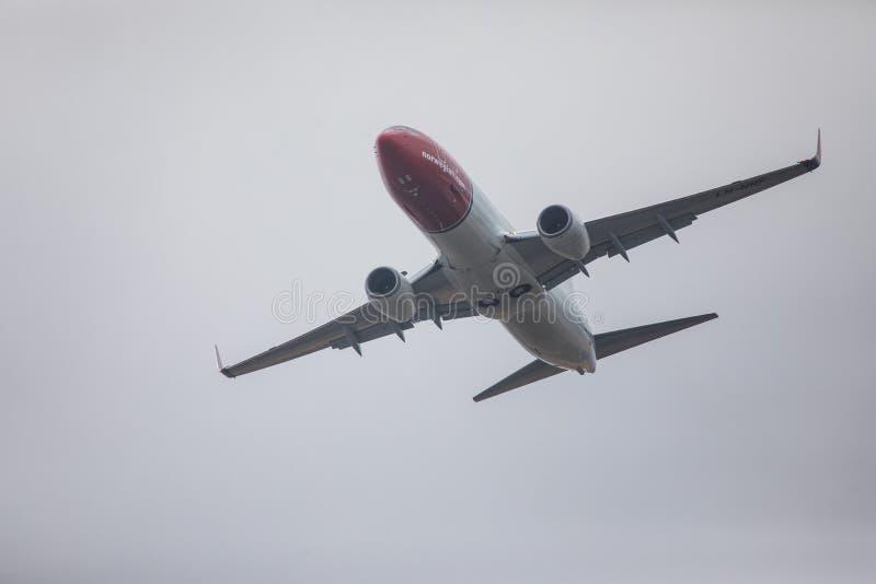 法鲁,葡萄牙- Juny 24日2017年:从法鲁国际机场的挪威飞行飞机离开 免版税库存图片