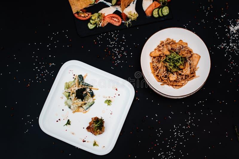 泛亚晚餐 午餐套几个盘 库存照片