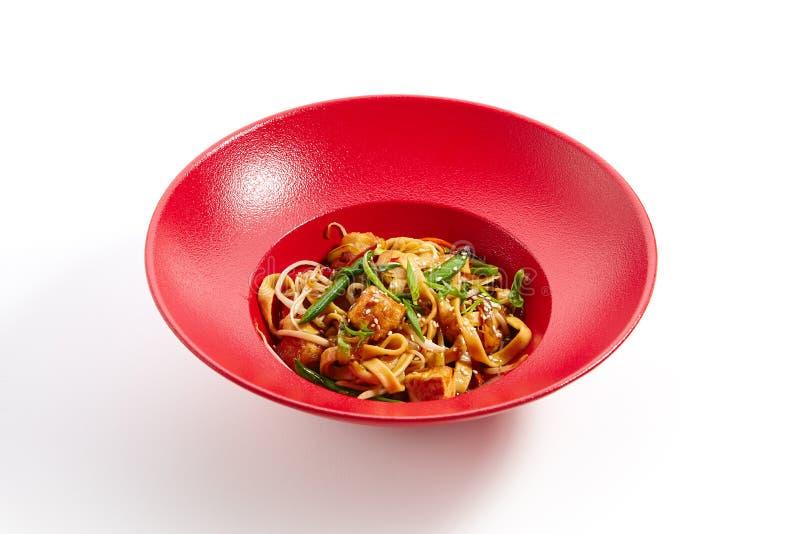 泛亚烹调专业在红色板材的 免版税库存照片