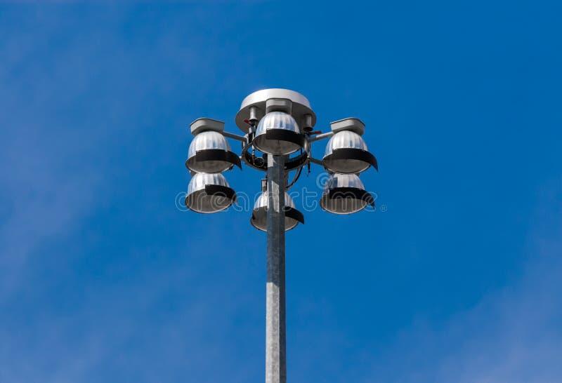 泛光灯上面指向下来在天空的 免版税图库摄影
