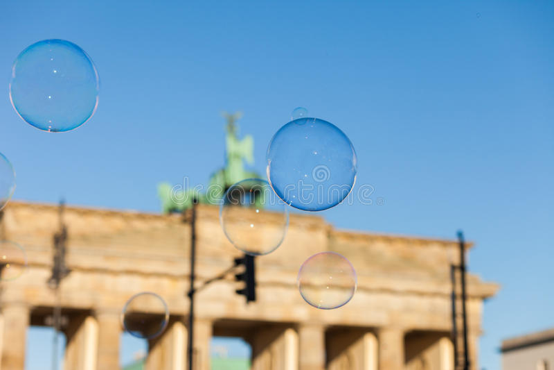 泡影在勃兰登堡门的天空中 库存图片