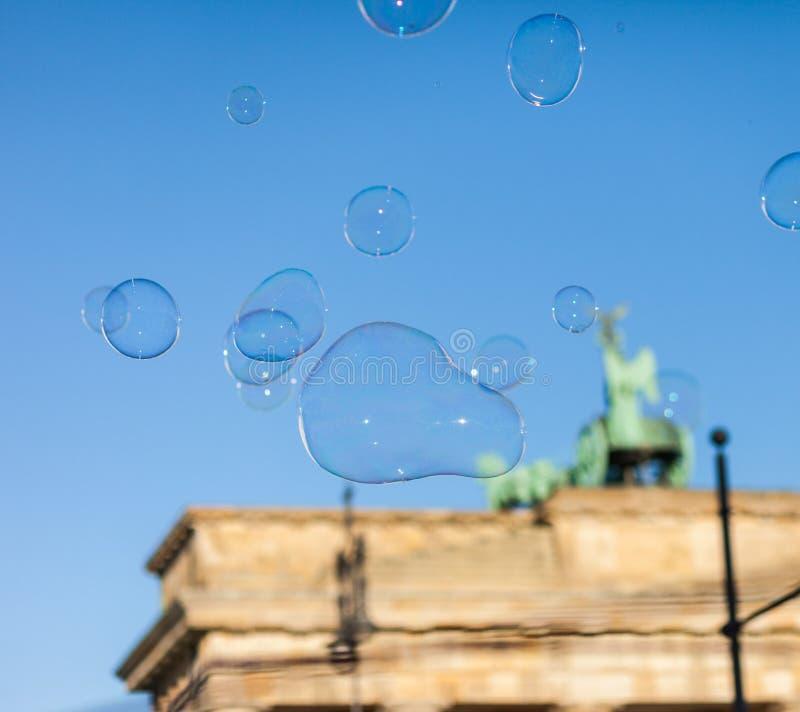 泡影在勃兰登堡门的天空中 库存照片