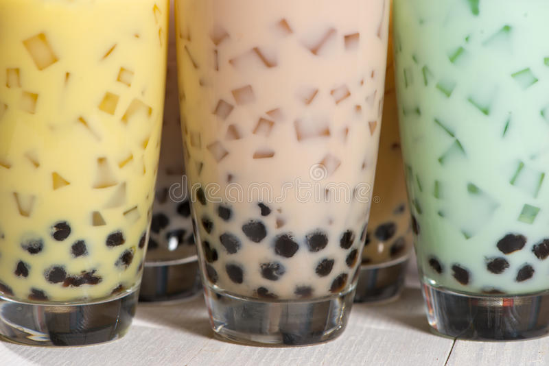 泡影茶 与珍珠的自创各种各样的牛奶茶在木tabl 库存图片