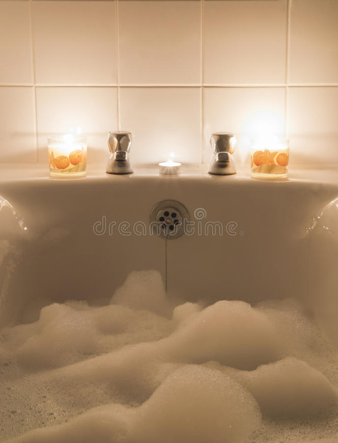 泡末浴和蜡烛 库存图片