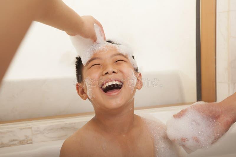 泡末浴的年轻男孩 库存照片