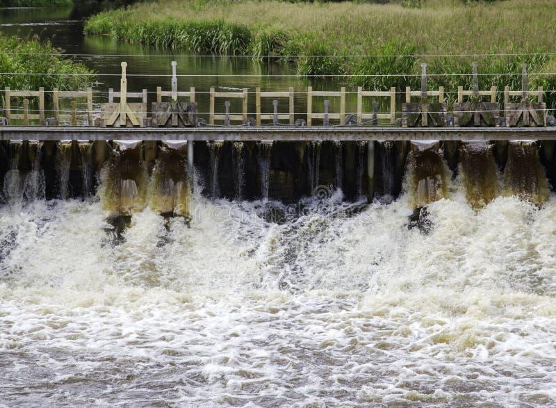 泡沫似的水流经的水闸接近  库存照片