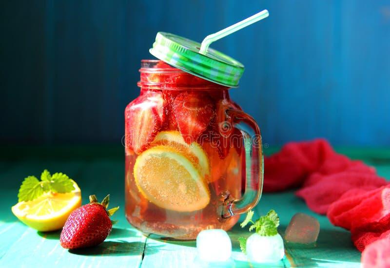 泡沫腾涌的冷的草莓柠檬水 图库摄影