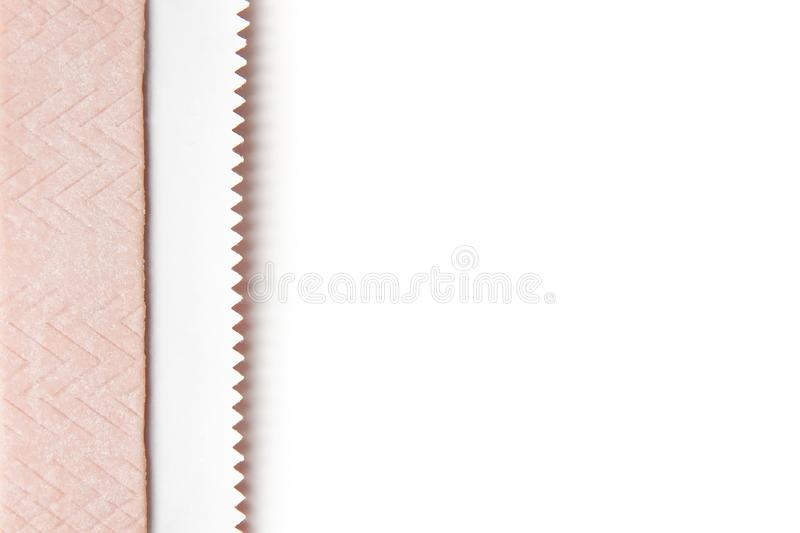 泡泡糖喉片在箔包裹的在白色背景 库存图片