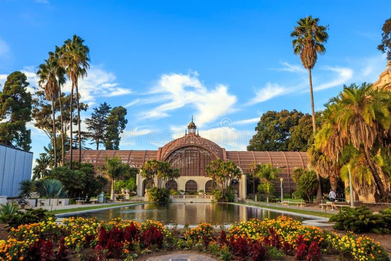 巴波亚公园植物的大厦和池塘圣地亚哥,加利福尼亚 库存图片
