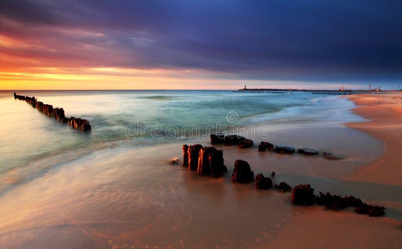 波儿地克的海滩美好的波兰海运日出 免版税库存图片