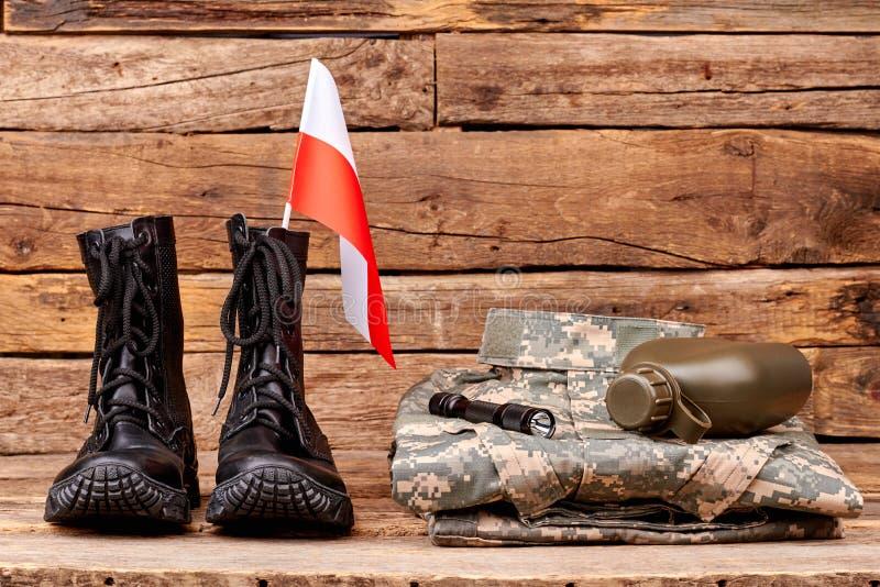 波兰军队有旗子、瓶和火炬的战士制服 库存图片