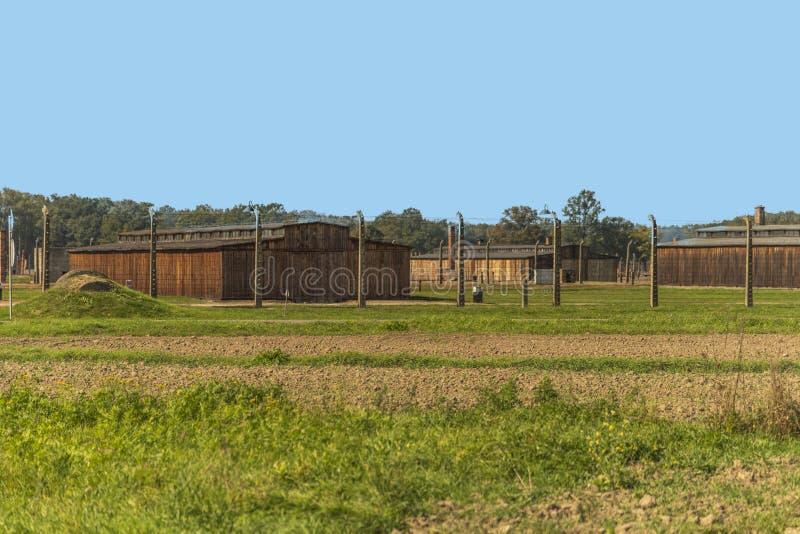 波兰奥斯威辛比克瑙19 9月2018观点的纳粹集中营奥斯威辛的营房和电子秘书 免版税图库摄影
