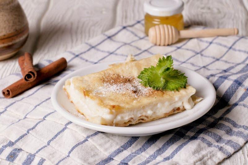 波兰奶油馅饼由油酥点心做成两层,充满打好的奶油 免版税库存图片