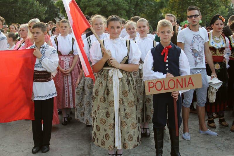 波兰小组传统服装的舞蹈家在孩子和青年金黄鱼的国际民间传说节日 免版税库存图片