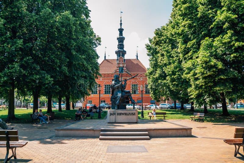 波兰格但斯克天文学家约翰内斯·赫维柳斯和老市政厅纪念碑 库存图片