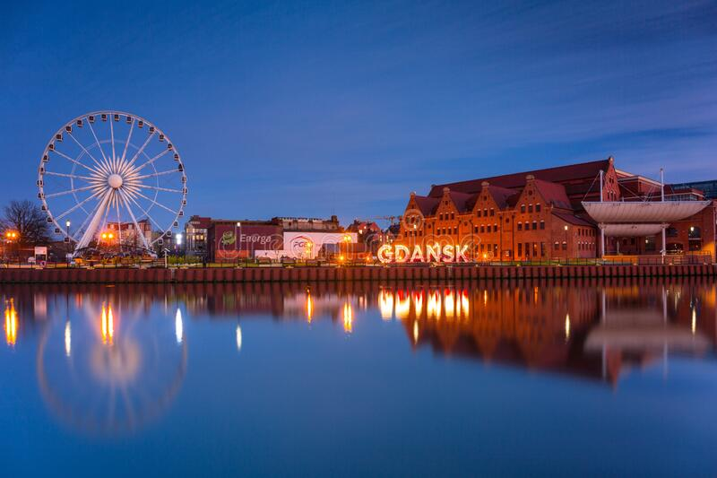波兰格但斯克市 — 2020年3月19日:波兰黄昏时分,格但斯克带着美丽的摩托拉瓦河 免版税库存照片