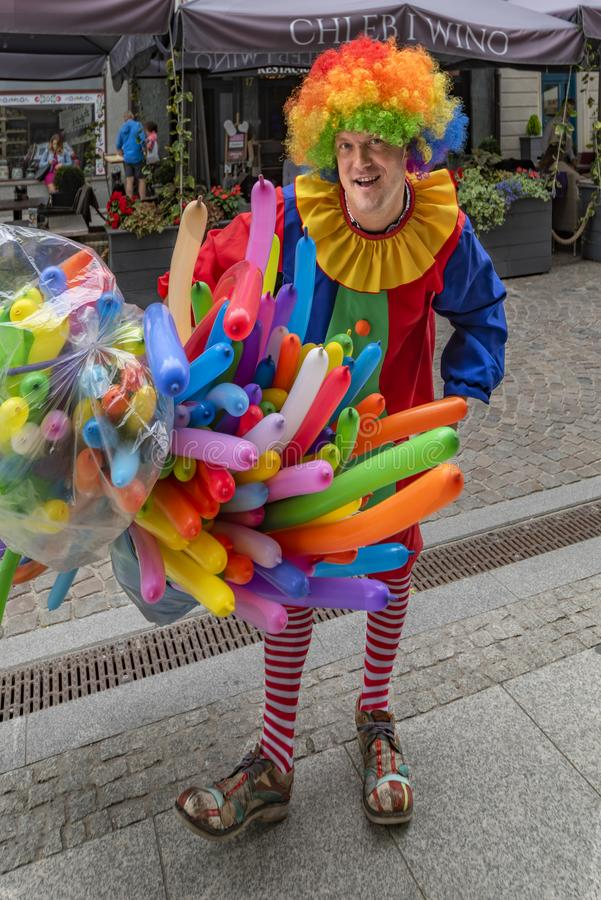 波兰格但斯克2018 9月13日,明亮地色的衣裳的,在卖他的气球的格但斯克街道的步行气球人, 免版税库存图片