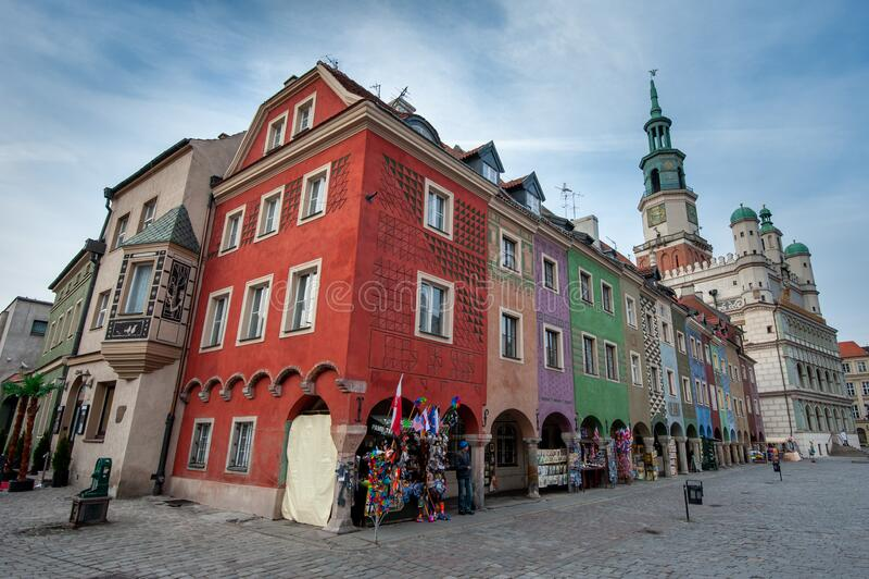 波兰波兹南老城主广场 波兹南市主广场上色彩缤纷的建筑 色彩缤纷的房子的正面 库存图片