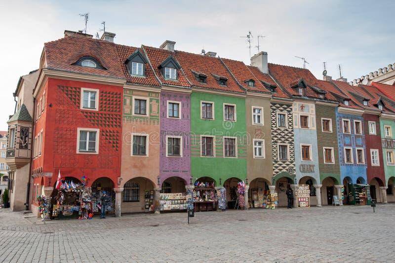 波兰波兹南老城主广场 波兹南市主广场上色彩缤纷的建筑 色彩缤纷的房子的正面 免版税库存照片