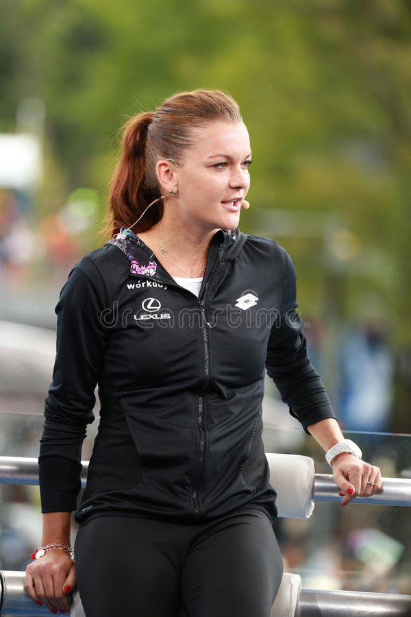 波兰的职业网球球员Agnieszka Radwanska在电视采访中的与Eurosport分析家马茨・维兰德 免版税库存图片