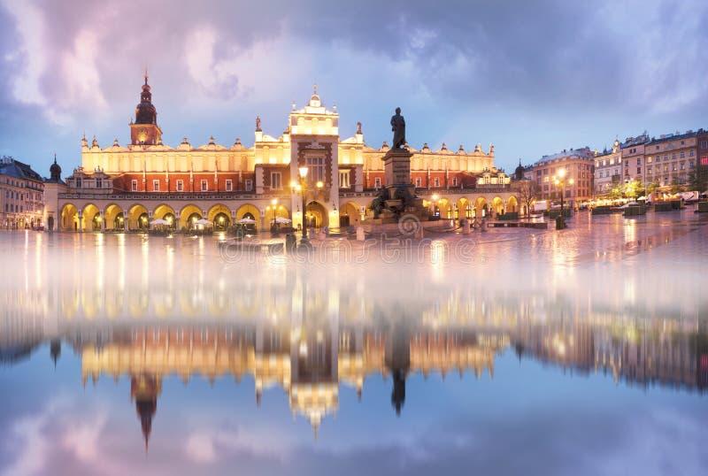 波兰,克拉科夫,2017年10月27日:有建筑学东欧和视域的著名游人的中央集市广场  库存图片