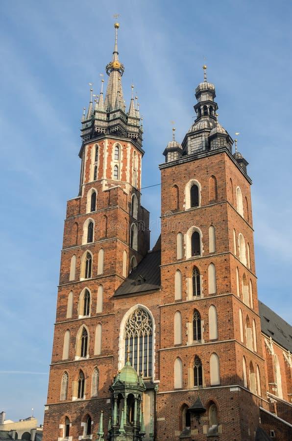 波兰,克拉科夫- 2018年11月:中央集市广场的Mariacki教会在克拉科夫,波兰 免版税图库摄影