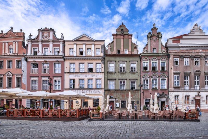 波兹南波兰2018年9月11日 主要市场地方的看法,有它美丽如画的房子和餐馆的 库存照片