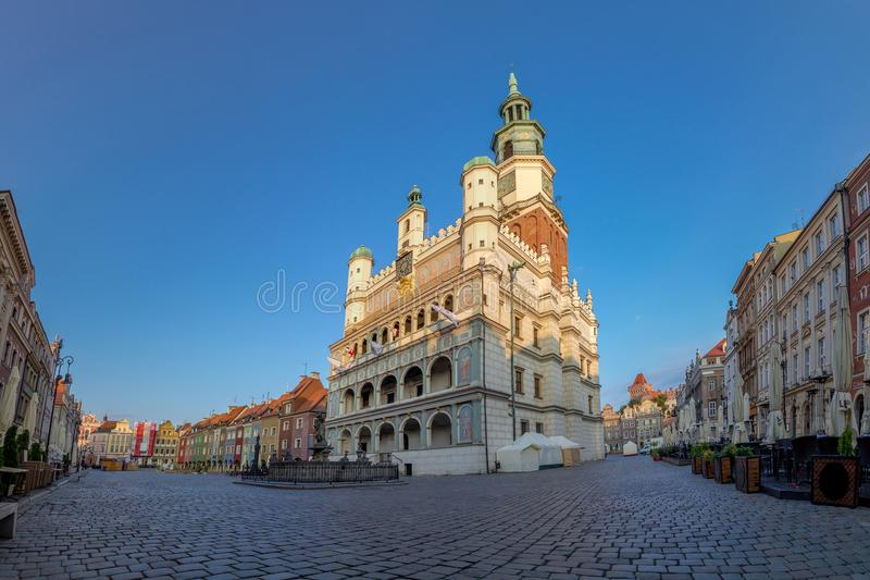 波兹南,波兰- 06 20 2018年:波兹南城镇厅在老集市广场 库存照片