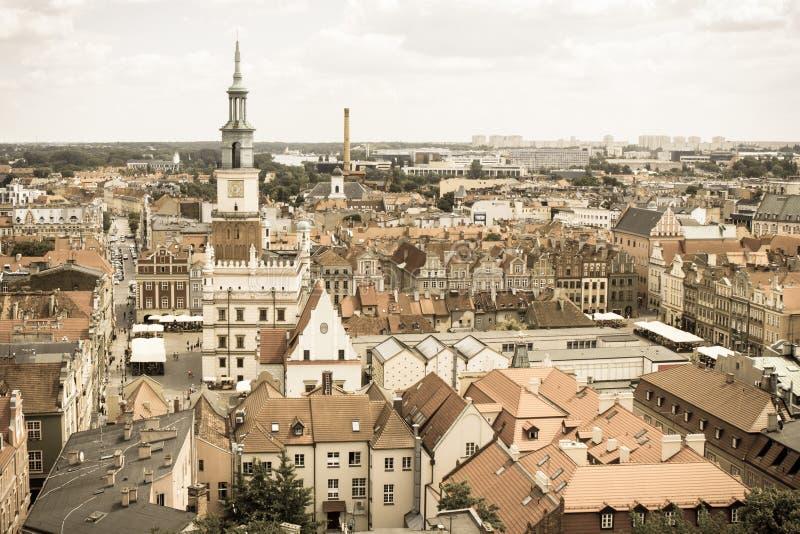 波兹南,波兰- 2016年6月28日:葡萄酒照片,城镇厅,老和现代大厦在波兰城市波兹南 库存照片