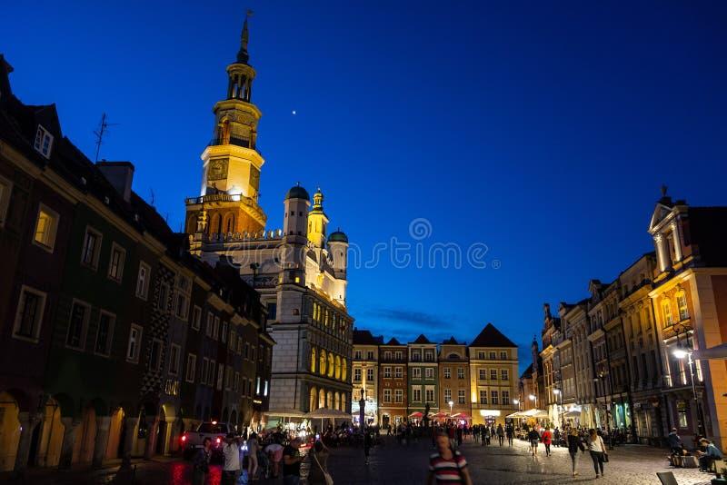 波兹南od老镇中心Stary rynek的著名市政厅在微明 图库摄影