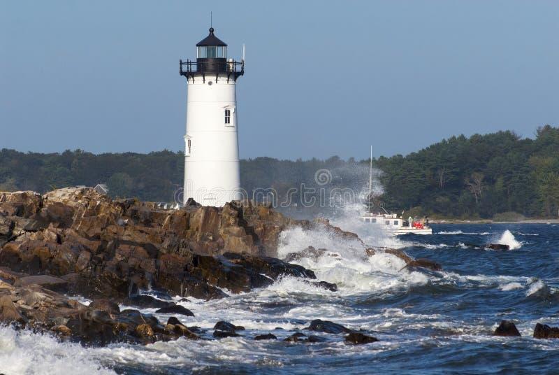波兹毛斯NH灯塔引导的渔船 免版税库存照片