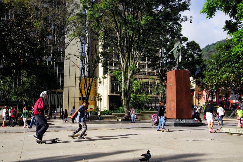 波哥大,哥伦比亚,2019年6月28日:踩滑板在桑坦德雕象附近的孩子在桑坦德公园在波哥大 库存照片
