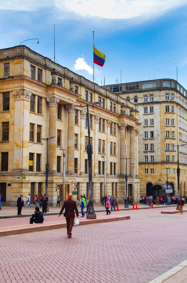波哥大,哥伦比亚- 2017年10月, 11日:走在农业部前面的室外观点的未认出的人民 免版税库存图片