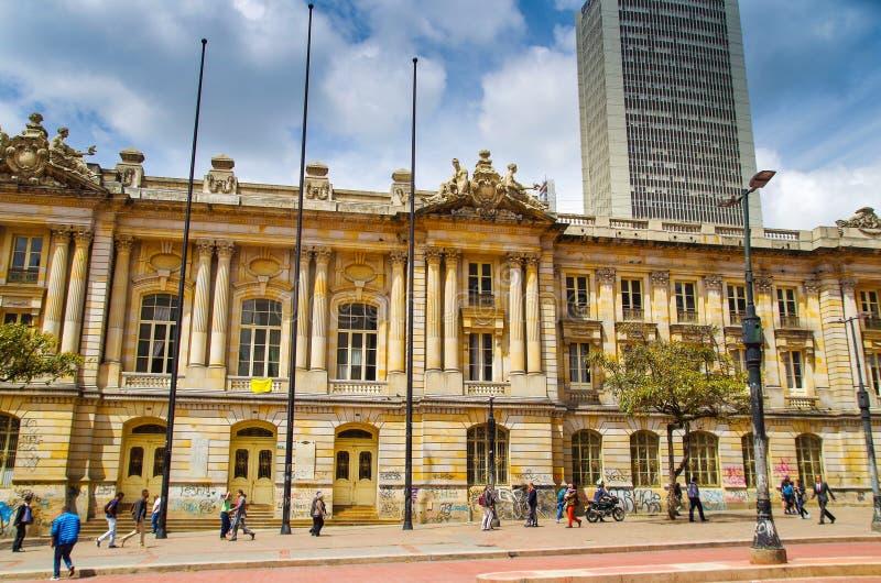波哥大,哥伦比亚- 2017年10月, 11日:走在历史建筑圣前面的未认出的人民美丽的景色  库存照片