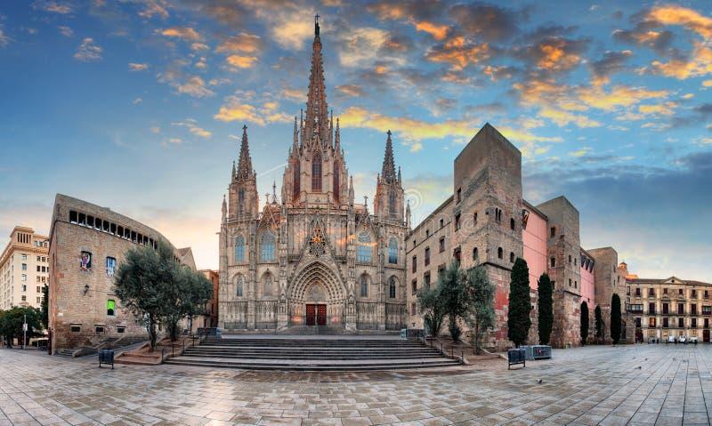 波士顿圣十字主教座堂和圣徒日落的尤拉莉亚在巴塞罗那,西班牙 免版税库存图片