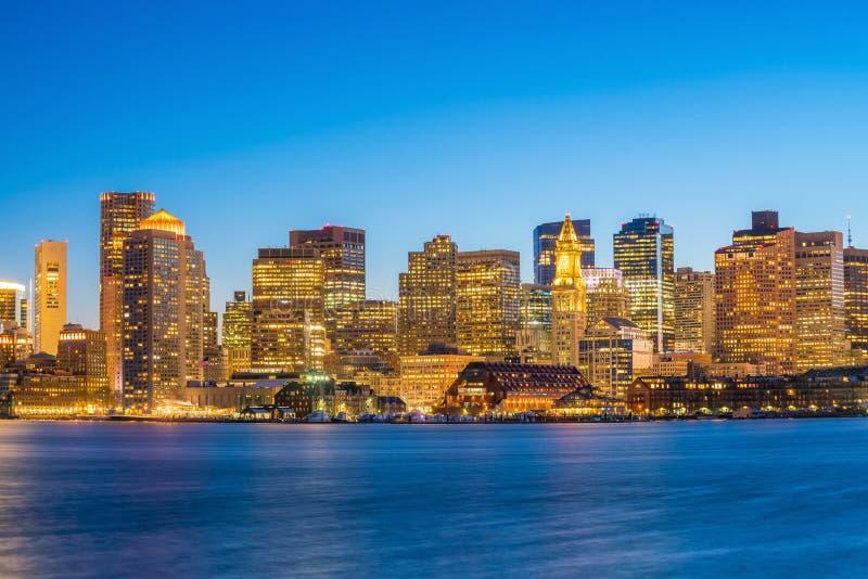 波士顿地平线全景视图与摩天大楼的微明的 免版税库存照片