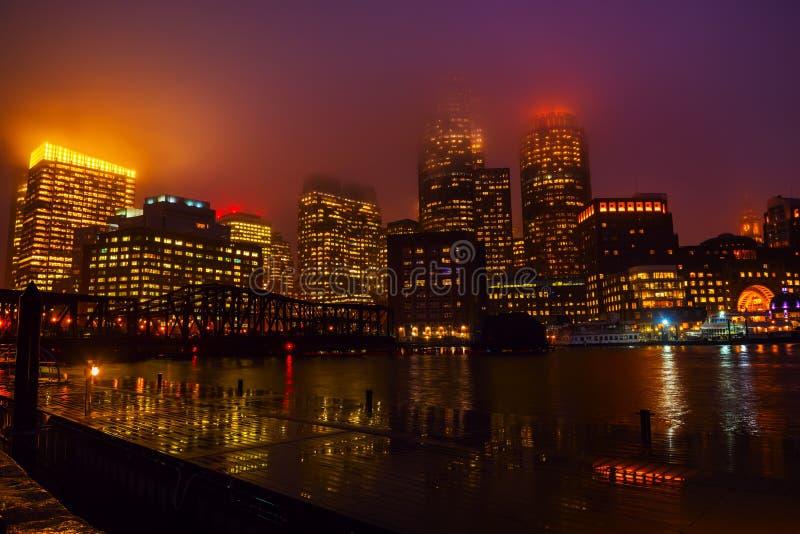 波士顿夜在雨中 库存照片