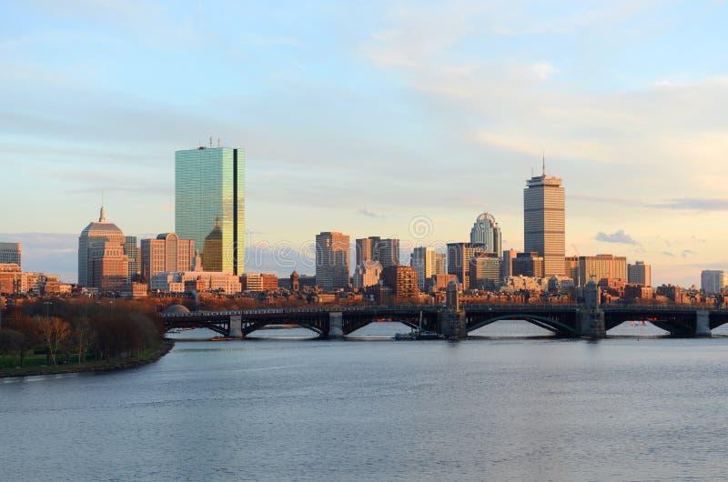 波士顿查尔斯河和后面海湾地平线 免版税库存照片