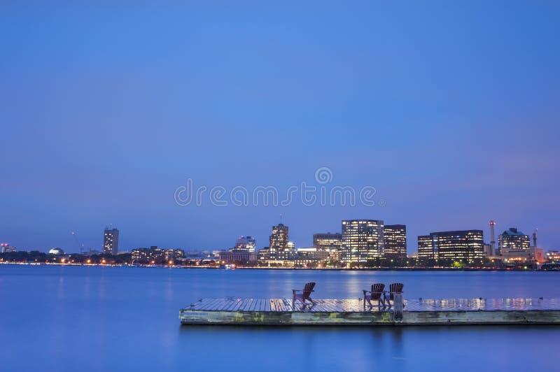 波士顿查尔斯河盆地在晚上 库存图片
